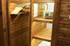 Lucky Bansko Aparthotel SPA & Relax | Presidential Apartment wardrobe