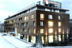 Lucky Bansko Aparthotel SPA & Relax | Lucky Bansko facade covered in snow